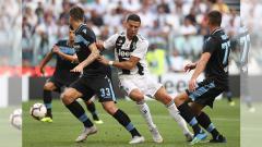 Indosport - Cristiano Ronaldo dihadang pemain Lazio.
