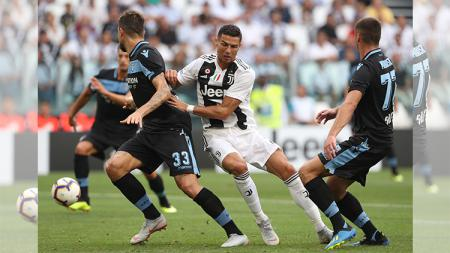 Cristiano Ronaldo dihadang pemain Lazio - INDOSPORT