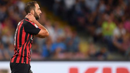 Gonzalo Higuain yang tampak pasrah akan kekalahan klub barunya, AC Milan. - INDOSPORT