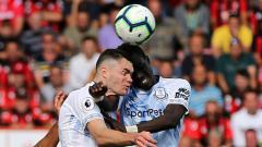 Indosport - Michael Keane dan Idrissa Gueye berbenturan.