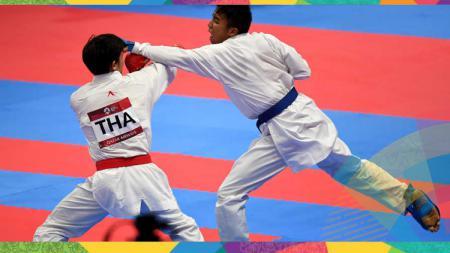 Karateka Indonesia, Rifki Ardiansyah Arrosyiid (kanan) melakukan serangan ke karateka Thailand Siravit Sawangsri di kelas pria 60kg pada Asian Games 2018 di JCC-Plenary Hall Senayan, Jakarta. - INDOSPORT