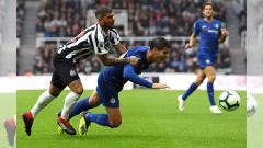 Indosport - Morata dihadang ole para pemain Newcastle.