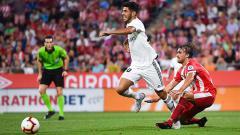 Indosport - Asensio saat dihadang pemain tuan rumah