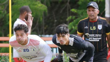 Addison Alves saat berlatih bersama kiper kedua Persipura, Fitrul Dwi Rustapa di Kota Batu, Malang. - INDOSPORT