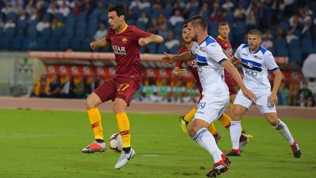 Pastore (kiri) mencetak gol saat pertandingan AS Roma vs Atalanta di Serie A Italia, Selasa (28/08/18). - INDOSPORT