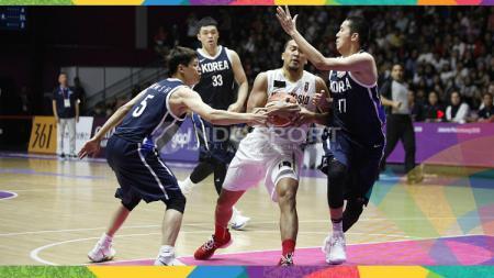Pemain Timnas Basket Indonesia, Arki Dikania Wisnu, diadang tiga pemain Korea di Asian Games 2018. - INDOSPORT
