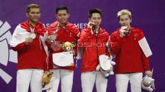 Indosport - Pebulutangkis ganda putra Indonesia, Kevin Sanjaya dan Fajar Alfian, menunjukkan aksi kocak saat mereka latihan bersama.