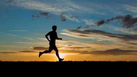 Ilustrasi Orang Berlari dengan Kaki Menghadap ke Atas - INDOSPORT