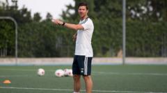 Indosport - Xabi Alonso saat menangani Real Madrid Infantil A.