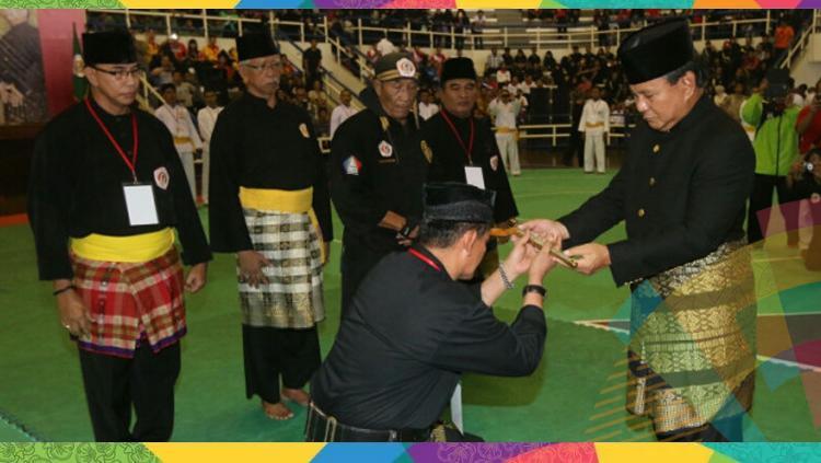 Prabowo Subianto menerima kujang. Copyright: Istimewa