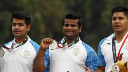 Atlet panahan beregu putra India berpose dengan medali perak Asian Games 2018 - INDOSPORT