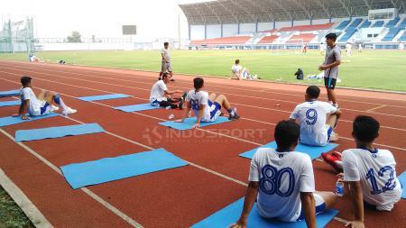 Beberapa pemain Persib beristirahat, setelah menjalankan program latihan di Sport Jabar Arcamanik, Kota Bandung, Rabu (29/08/18). - INDOSPORT