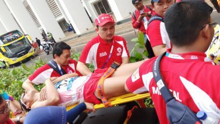 Atlet jalan cepat 50 km pria Indonesia, Henro Yap, harus ditandu medis usai menyelesaikan lomba yang berlangsugn di kawasan GBK dan sekitarnya. - INDOSPORT