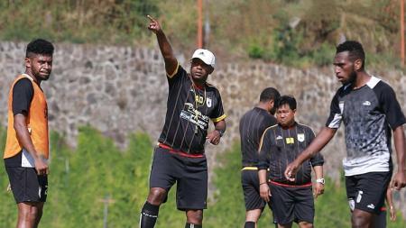 Pelatih Persipura, Amilton Silva de Olivera saat memimpin timnya berlatih di Kota Batu, Malang. - INDOSPORT