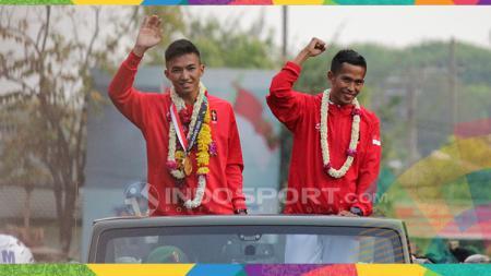 Rifki Ardiansyah dan Atjong Tio disambut oleh prajurit Kodam V Brawijaya. - INDOSPORT