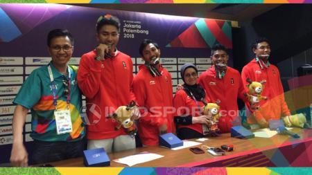 Tim Lari Estafet 4x100 m Indonesia bersama sang pelatih usai meraih perak. - INDOSPORT