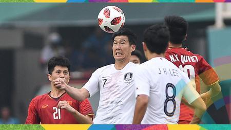 Son Heung-min (tengah) berebut bola dengan pesepak bola Vietnam saat bertanding pada babak Putra Semifinal Asian Games 2018 di Stadion Pakan Sari, Bogor, Rabu (29/8). - INDOSPORT