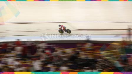 Pebalap sepeda Indonesia, Priatna AD saat tampil pada perebutan medali perunggu kelas Individual Pursuit 3000m Putri di Jakarta International Velodrome, Kamis (30/08/18). Sayang, Priatna digagalkan lawannya pebalap dari China Taipe, Huang T.Y.