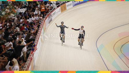 Pebalap sepeda Malaysia, Awang Mohd Azizulhasni membawa bendera negaranya usai menjuarai kelas Sprint Putra di Jakarta International Velodrome, Kamis (30/08/18). Awang berhasil meraih medali emas di nomor ini.
