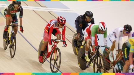 Pebalap Sepeda Indonesia, Wahyudi saat berlaga di kelas Sprint Putra di Jakarta International Velodrome, Kamis (30/08/18). Wahyudi gagal menjadi yang terbaik di nomor ini. - INDOSPORT