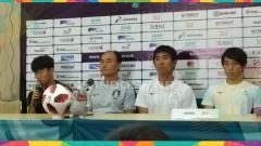 Indosport - Pelatih Jepang Hajime Moriyasu bersama pelatih Korea Selatan Kim Hak Bum bersama Bintang Korea Selatan Song Heung Min jelang laga final Asian Games 2018.