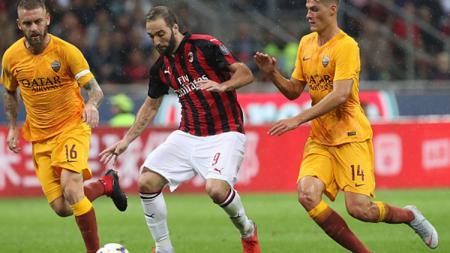 Gonzalo Higuain dibayangi dua pemain AS Roma. - INDOSPORT