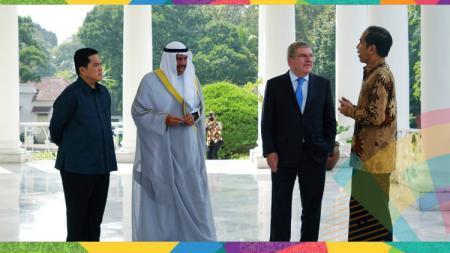 Presiden Joko Widodo bersama Erick Thohir menyambut Presiden IOC Thomas Bach dan Presidan OCA Ahmad Al-Fahad Al-Sabah. - INDOSPORT