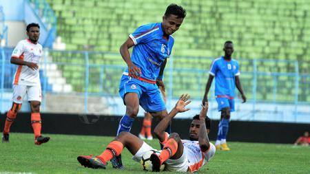 Ridwan Tawainella saat pergerakannya berusaha ditutup pemain Perseru Serui. - INDOSPORT