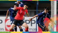 Indosport - Son Heung Min tengah berduel dengan pemain Jepang.