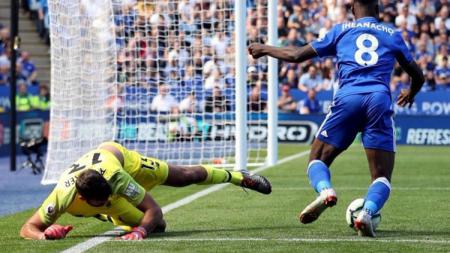 Alisson melakukan blunder saat laga Leicester City vs Liverpool di Liga Primer Inggris. - INDOSPORT