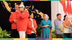Indosport - Atlet peraih medali perunggu Asian Games dari cabang bridge Bambang Hartono menerima bonus di Istana Negara Jakarta.