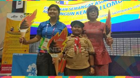 Liliana Gow (kanan) selaku Grand Manager Aice Group Holding bersama bocah dalam Opening Ceremony Asian Games 2018. - INDOSPORT