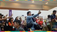 Indosport - Aksi wartawan di dalam media Press Center penutupan Asian Games 2018.