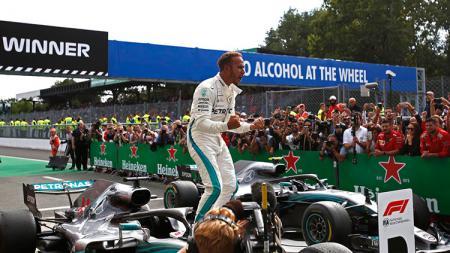 Pembalap Mercedes Lewis Hamilton usai menjuarai Formula 1 Italia 2018. - INDOSPORT