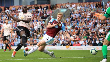 Romelu Lukaku saat menendang bola ke gawang Burnley dan berbuah gol. - INDOSPORT