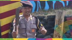 Indosport - Sosok Pak Eko, polisi yang viral karena aksinya yang selalu hebat saat melempar benda.
