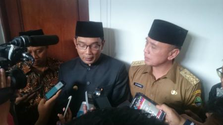 Gubernur Jawa Barat terpilih, Ridwan Kamil dan Pj. Gubernur Jawa Barat Mochamad Iriawan. - INDOSPORT