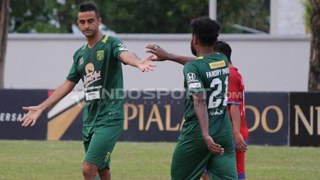Pemain Belakang Persebaya Surabaya, Otavio Dutra (kiri) memakai celana terbalik. - INDOSPORT