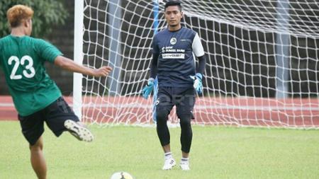 Kiper andalan Sriwijaya FC Sandy Firmansyah saat jalani latihan. - INDOSPORT