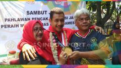 Indosport - Atlet pencak silat, Hanifan Yudani Kusumah bersama kedua orang tuanya di GOR Pajajaran, Jalan Pajajaran Kota Bandung, Senin (03/09/18).