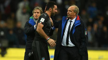 Mantan pelatih Timnas Italia, Giampiero Ventura, bersama Gianluigi Buffon. - INDOSPORT