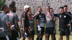 Indosport - Pelatih Persipura, Amilton Silva de Olivera saat mendampingi timnya berlatih.,
