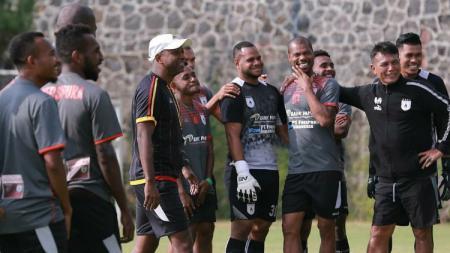 Pelatih Persipura, Amilton Silva de Olivera saat mendampingi timnya berlatih., - INDOSPORT