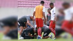Indosport - Rekan Setim dan Dokter Tim saat melihat kondisi Fitrul Dwi Rustapa yang mengalami cedera serius di lengannya.