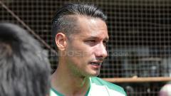 Indosport - Raphael Maitimo setelah latihan rutin.
