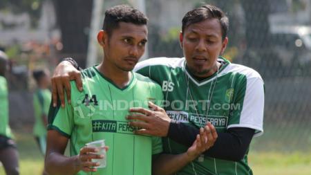 Pemain Persebaya, Andi Muladi dan  Bejo Sugiantoro usai latihan. - INDOSPORT