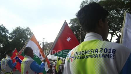 Paskibraka Kota Surakarta membawa bendera 41 negara peserta Asian Para Games 2018.