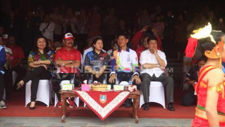 Wali Kora Surakarta, Ketua INAPGOC, dan Menko PMK duduk bersama menyaksikan Tari Bedayo.