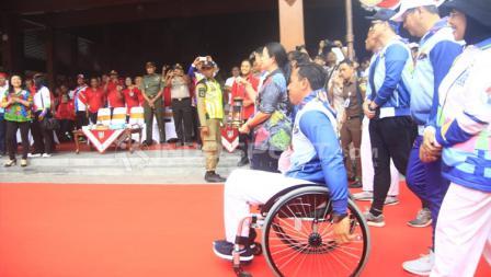 Menko PMK Puan Maharani bersiap menyerahkan lentera Asian Para Games kepada Wali Kota Surakarta.