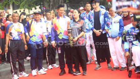 Menko PMK Puan Maharani bersama Ketum INAPGOC dan para atlet bersiap menyerahkan lentera Asian Para Games 2018.